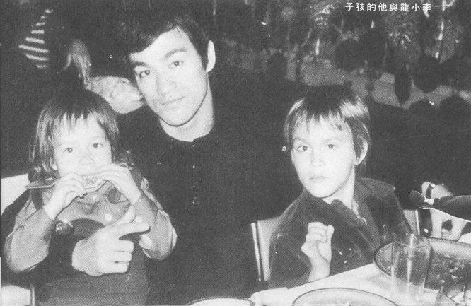 BRUCE LEE WITH HIS KIDS